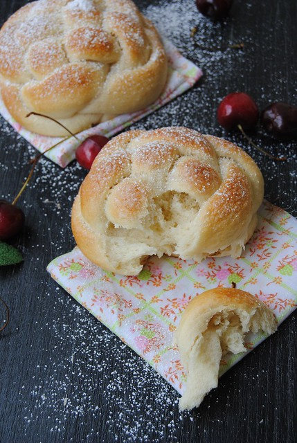 Brioche buns with egg whites