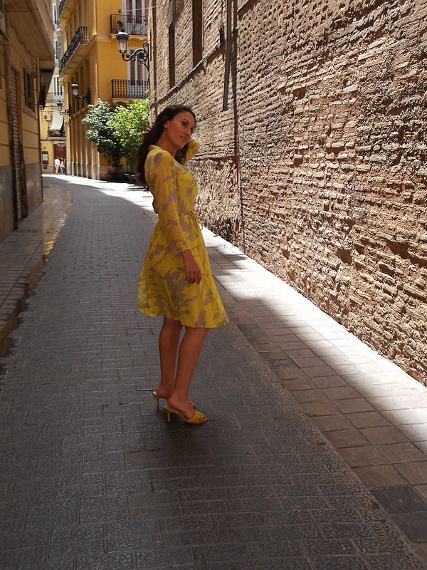 vestido floral de gasa, amarillo, gris, manga larga, sandalias amarillas, capazo de mimbre, floral chiffon dress, yellow, grey, long sleeves, yellow sandals, wicker bassinet, Aliexpress, Aviño, Aristocrazy