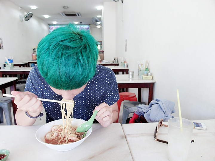 typicalben eating prawn noodles