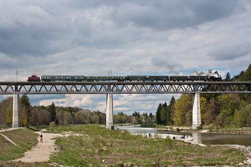 70 083 und 169 005 ziehen den Localbahnzug über die Großhesseloher Brücke
