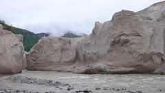 Przełom rzeki przez góry zbudowane z pumeksu.