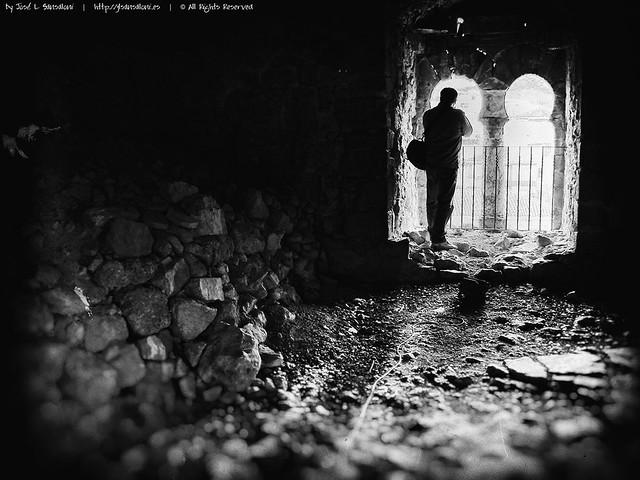 Ventanucos y ruinas en castillo moro