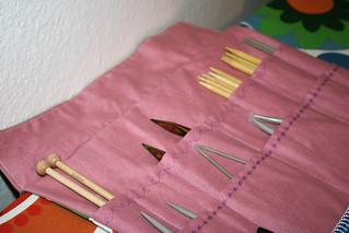1. Rollo de agujas de tejer y neceser.
