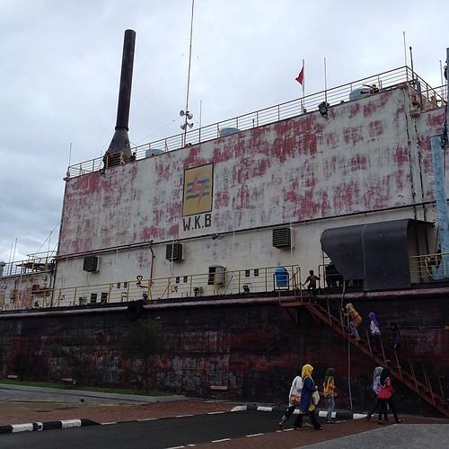 Ini pembangkit listrik tenaga diesel (PLTD) yang awalnya ada di lepas pantai. Ketika tsunami terjadi, dia terbawa arus dan terdampar 7 kilometeran dari pantai #tsunami #aceh #acehtrip #bandaaceh #pltd #2004