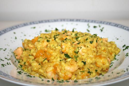 37 - Curry-Kokosmilch-Risotto mit  Mandarinen, Lachs & Garnelen - Seitenansicht / Curry coconut risotto with mandarins, salmon & shrimps - Side view