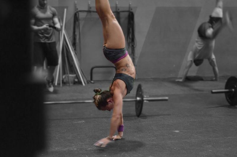 foto de Elia Navarro haciendo handstand walk