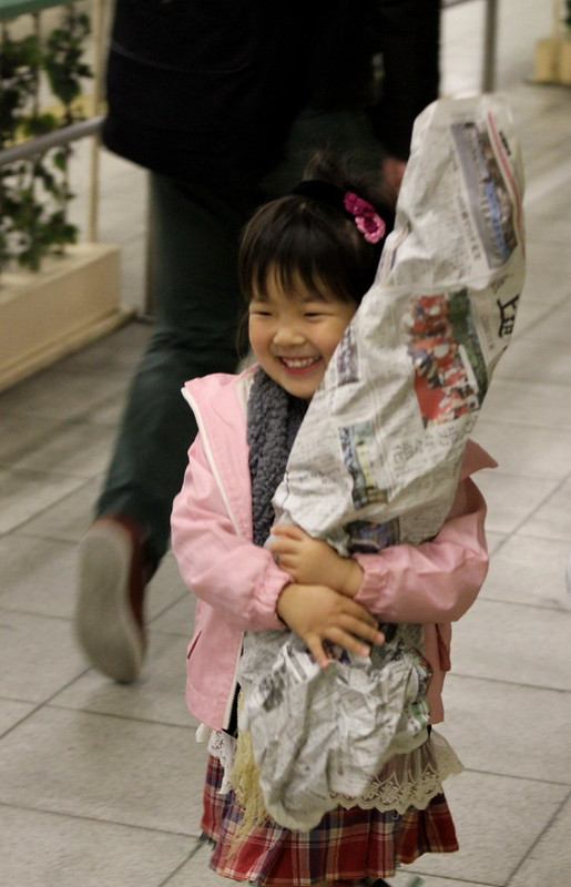 cute girl holding flowers抱著花的可愛小女孩II