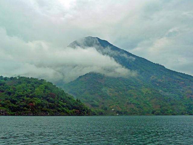 Volcán San Pedro desde el lago Atitlán (Guatemala)