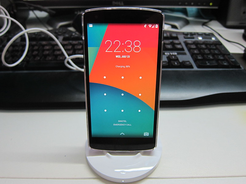 Nokia Wireless Charging Stand (DT-910) - Stand With Nexus 5 Charging