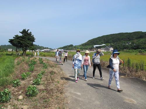 志工興致勃勃的出發到山上農地;攝影:郭政佑