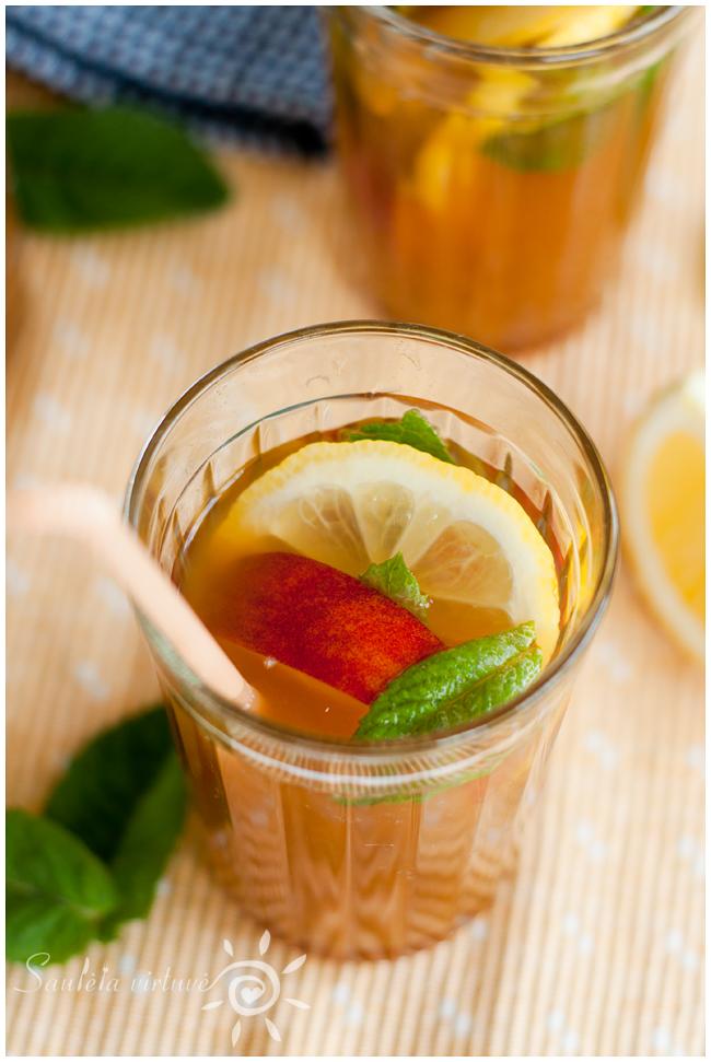 Šalta juodoji arbata su persikais (1)