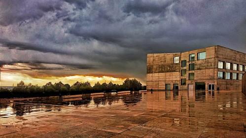 Bajo la tormenta. #arturojgonzalezascaso #efif #phantasy_ec #recall_audiovision #afema #rsfz #igersrsfz #cefoto #cef #sky #cloud #storm #rain #architecture #university #color   #nature #landscape