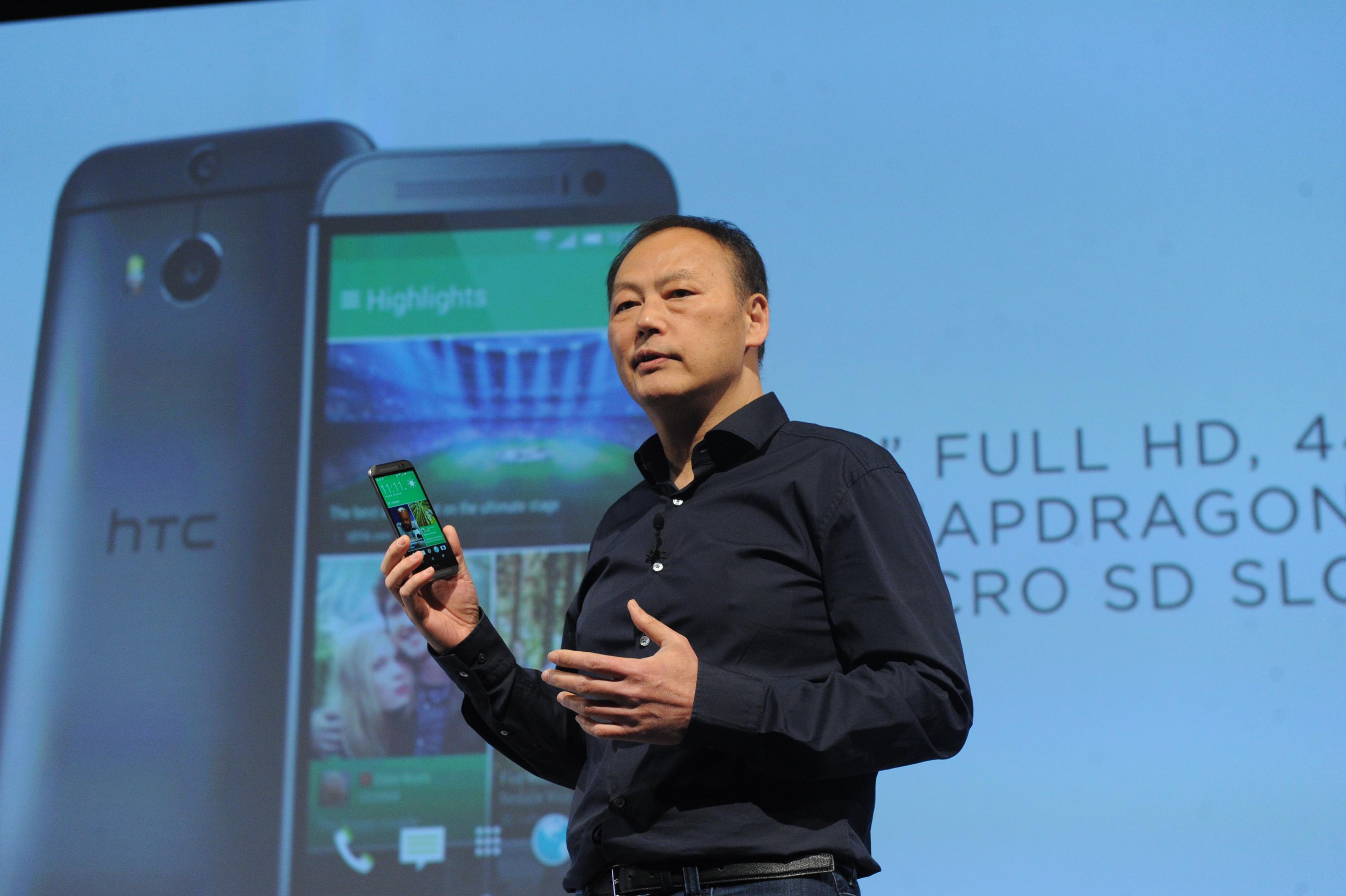 圖說一:HTC執行長周永明昨(25)日親臨美國紐約主持HTC One (M8)全球發表會,推出頂級工藝的金屬設計、全球首款Duo景深相機以及直覺化的Motion Launch手勢啟動,將智慧型手機的外型設計、拍攝與使用者體驗提升到全新境界。