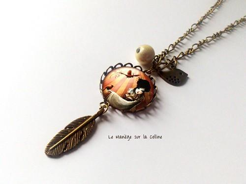sautoir bronze cabochon colombine arlequin et breloques plume oiseau et perle