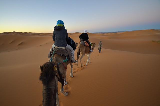 Atardecer por el desierto de Marruecos montados en camello