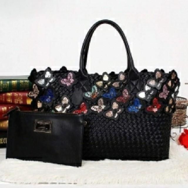 Bottega Veneta Woven Cabat Butterfly Medium Tote Bag Black Quality Super Premium Dimension (LxWxH):  40cm x 17cm x 27cm Colour Black IDR 4,700,000  Description: Original Soft woven Sheepskin Leather, Double rolled leather handles, Detachable zip pouch, se