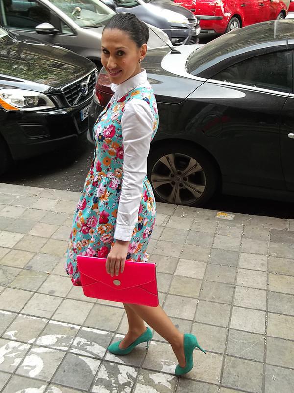 Floral, Traka Barraka, vestido, camisa blanca, pichi, zapatos azul agua, clutch rosa flúor, floral, dress, white shirt, pinafore, blue water shoes, fluorine pink clutch, Zara, Swarovski, Beloved