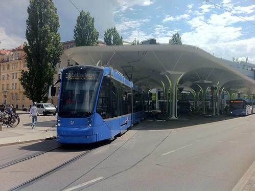 Der Avenio auf Probefahrt an der Münchner Freiheit (Bild: Samuel Muth)