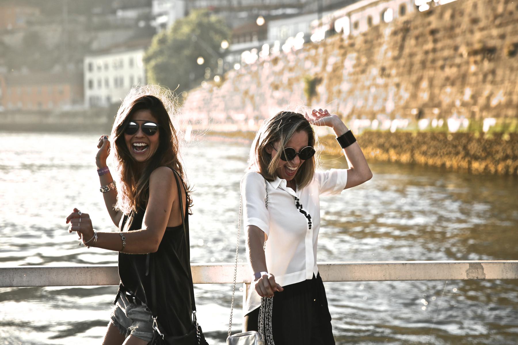 trendy_taste-look-outfit-street_style-ootd-blog-blogger-fashion_spain-moda_españa-salsa_jeans-dior_gafas-bolso_flecos-fringes_bag-khaki_shorts-shorts_caqui-grey_tee-camiseta_gris-verano-porto-portugal-17