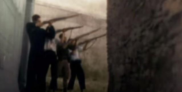 Milicianos disparando en las inmediaciones del Alcázar. Captura de un vídeo real a color de la Guerra Civil en Toledo en el verano de 1936