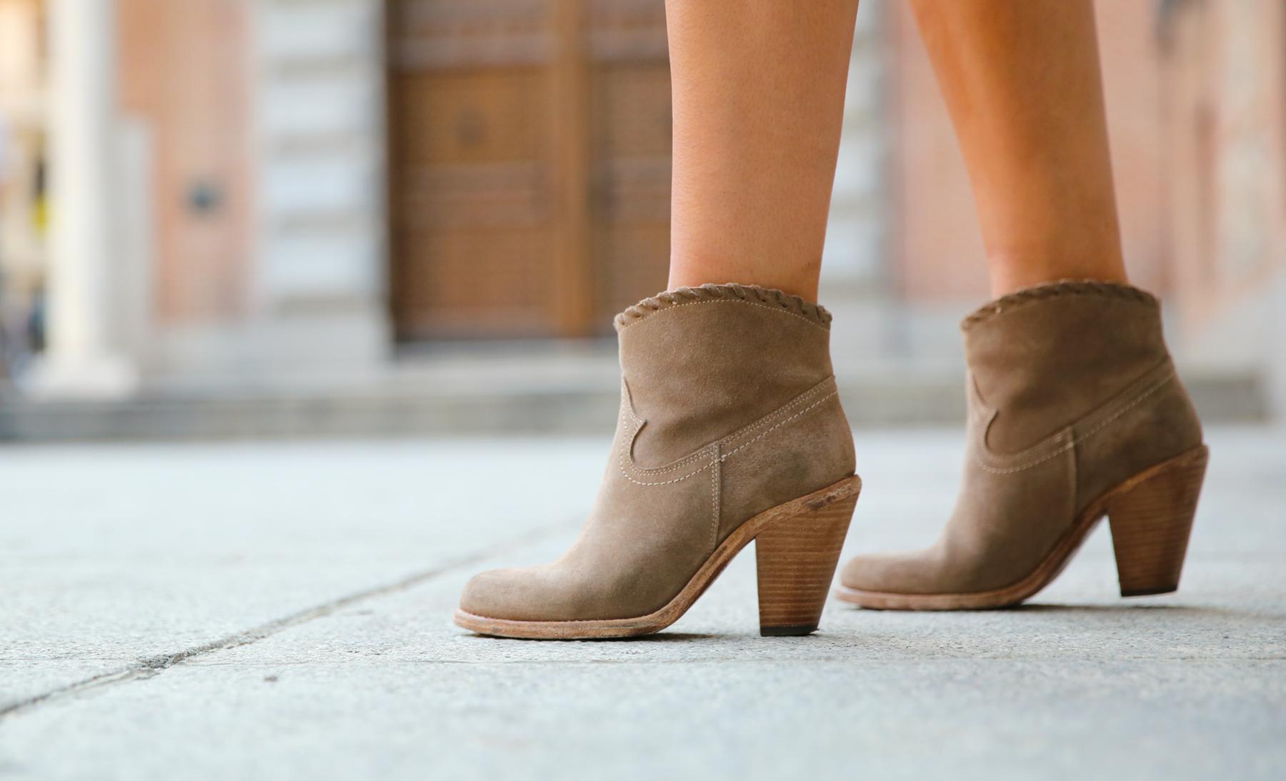 trendy_taste-look-outfit-street_style-denim-blog-blogger-fashion_spain-moda_españa-botines_camperos-it_shoes-cowboy_booties-skirt-falda-bolso_flecos-fringes_bag-camisa_vaquera-denim_shirt-2