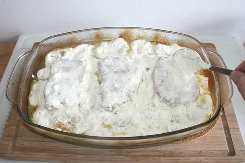 32 - Knoblauch-Schmand-Mischung auftragen / Add garlic sour cream mix