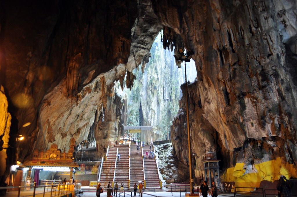 Interior de la galería principal de las Cuevas Batu Cuevas Batu en Malasia, el templo hindú más grande fuera de la India - 14706363025 e5f6d893ee b - Cuevas Batu en Malasia, el templo hindú más grande fuera de la India