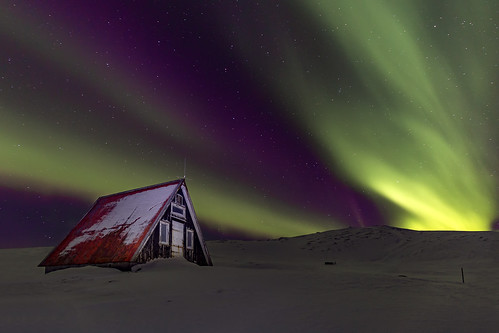 emergencyshelter snæfellsnespeninsula iceland auroraborealis northernlights stars green purple hut building snow winter