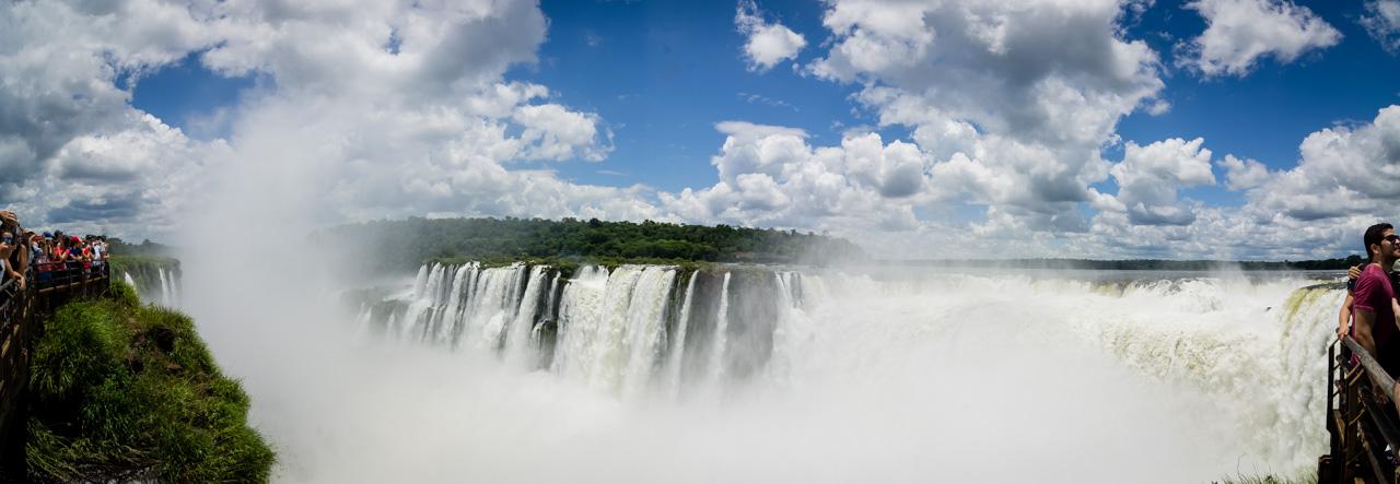 Foto panorámica de las cataratas del Iguazú del lado argentino, ruidosa y majestuosa. En el fondo puede verse el lado brasilero. En términos de ubicación y apreciación, el lado argentino ofrece mejores posibilidades de ver muy de cerca este salto y en diferentes niveles. (Elton Núñez).