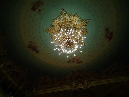 L'enorme lampadario della Fenice di Venezia, ripreso dalla platea.