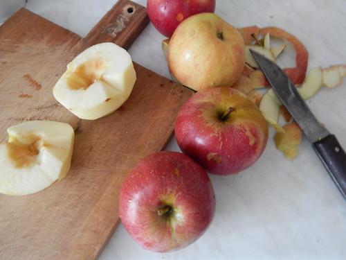Одно яблоко почищено