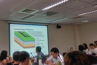 楊澤民提出國外案例,表示層層防堵的情況下,廢棄物仍可能洩漏汙水。攝影:洪郁婷