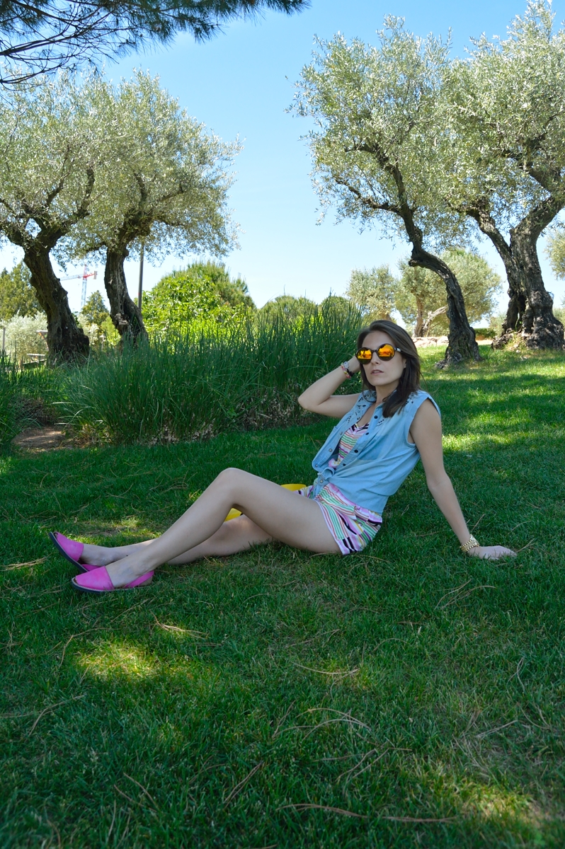 lara-vazquez-madlulablog-fashion-denim-jumpsuit-pink-yellow