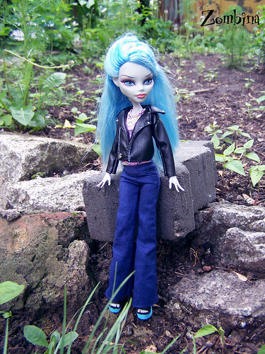 Ghoulia outside