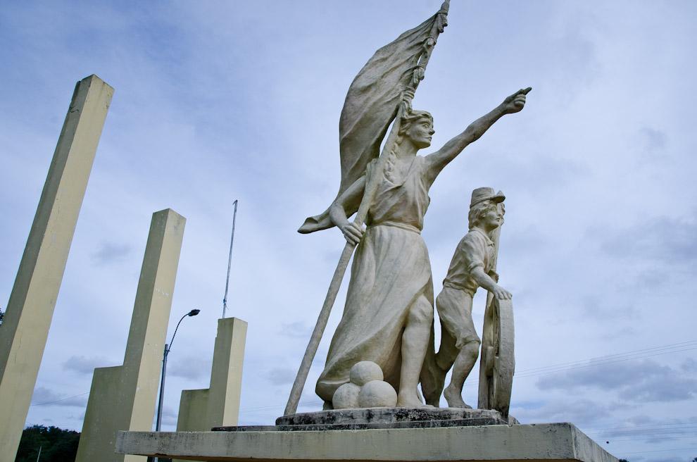 El monumento a las residentas, en la plaza de Las Residentas que se encuentra en el punto de acceso a la ciudad de Paso de Patria, Departamento de Ñeembucú. (Elton Núñez)