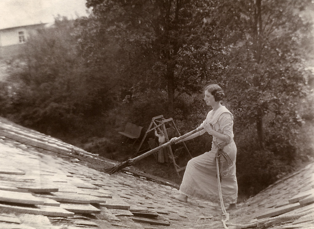 Woman cleaning the roof of Södergran's house
