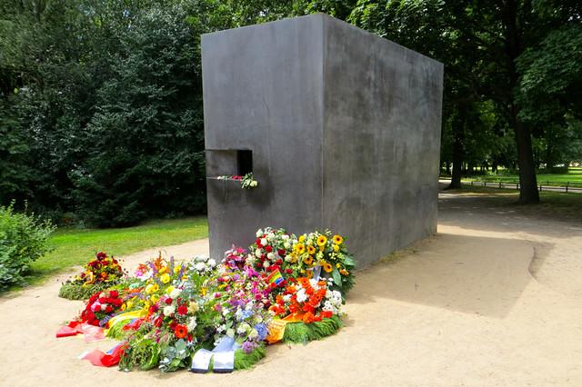 Holokost Esnasında Katledilen Eşcinseller Anıtı