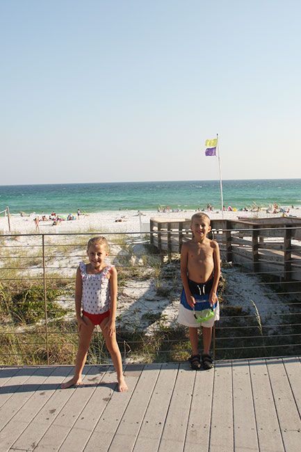 Kids-in-front-of-beach