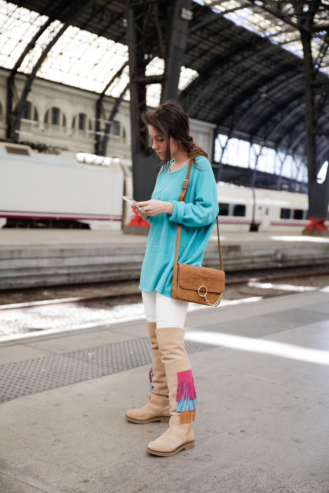 01_como_combinar_la_ropa_verde_turquesa_ideas_look_street_style_theguestgirl_ruga_boots_fringes_barcelona_influencer_top_blogger
