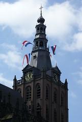 Nederlandse vlag op de Sint Janskathedraal