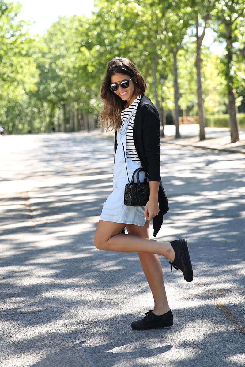 trendy_taste-look-outfit-street_style-ootd-blog-blogger-fashion_spain-vaquero_claro-peto_vaquero-tirantes-striped_tee-camiseta_rayas-marinero-dior_sunnies-gaimo-20