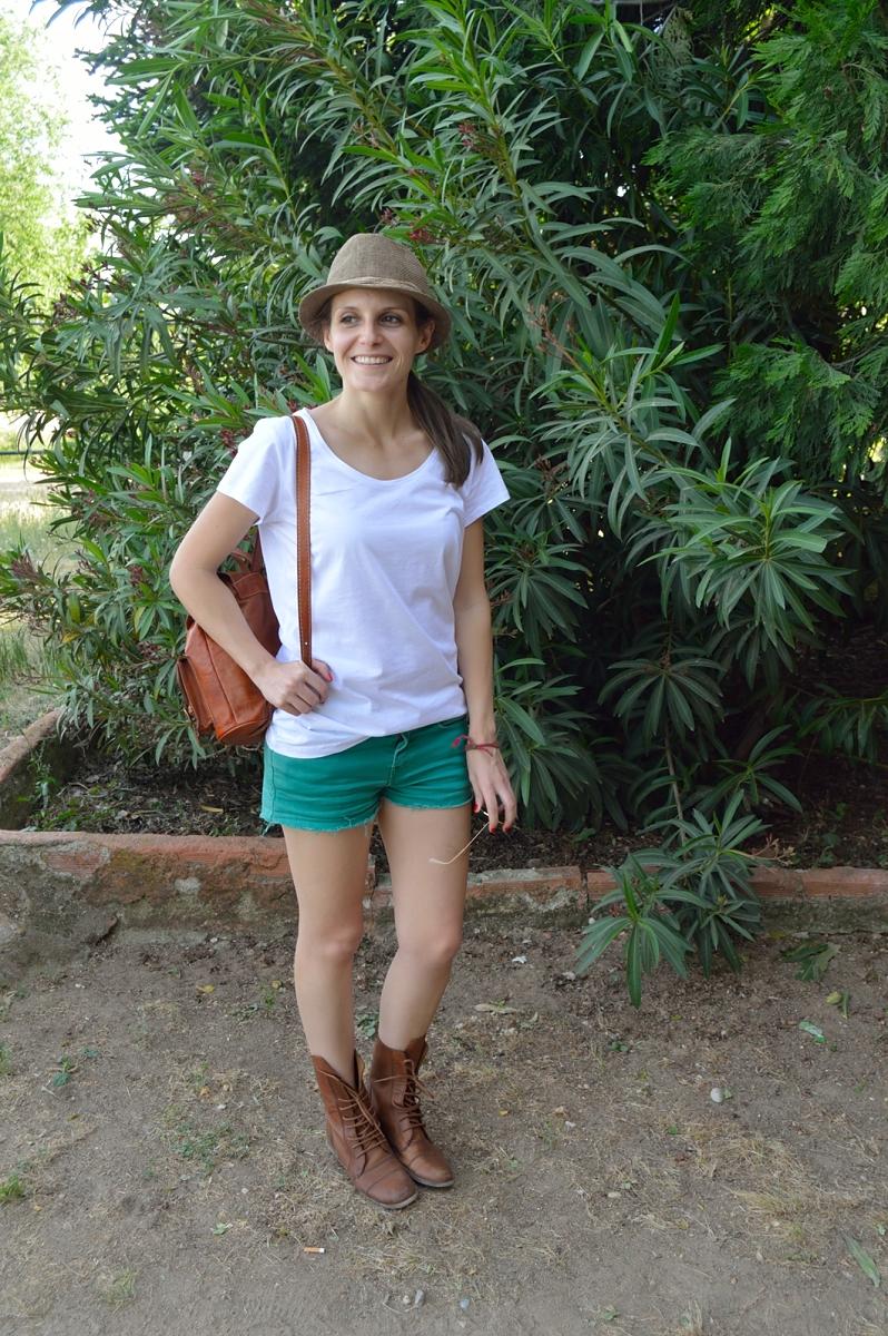 lara-vazquez-madlula-blog-fashion-safari-look-white-green-shorts-hat-bag