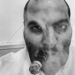 صورة نادرة للشاعر الناشط الاجتماعي و صانع الافلام المترجم العلامة الطهطاوي الاكسزومبي و هو يشرب گدو!   رحم الله من قرأ الفاتحة