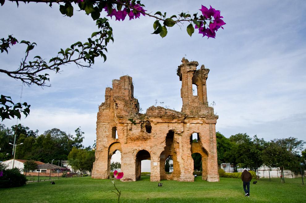 Un turista se aproxima a los pies del edificio que fue una vez la Fortaleza de Humaitá, que hoy en día conforma las Ruinas de Humaitá. Sirvió de escudo protector de la patria en época de la Guerra de la Triple Alianza, actuando como base fortificada alrededor del año 1866. (Elton Núñez).
