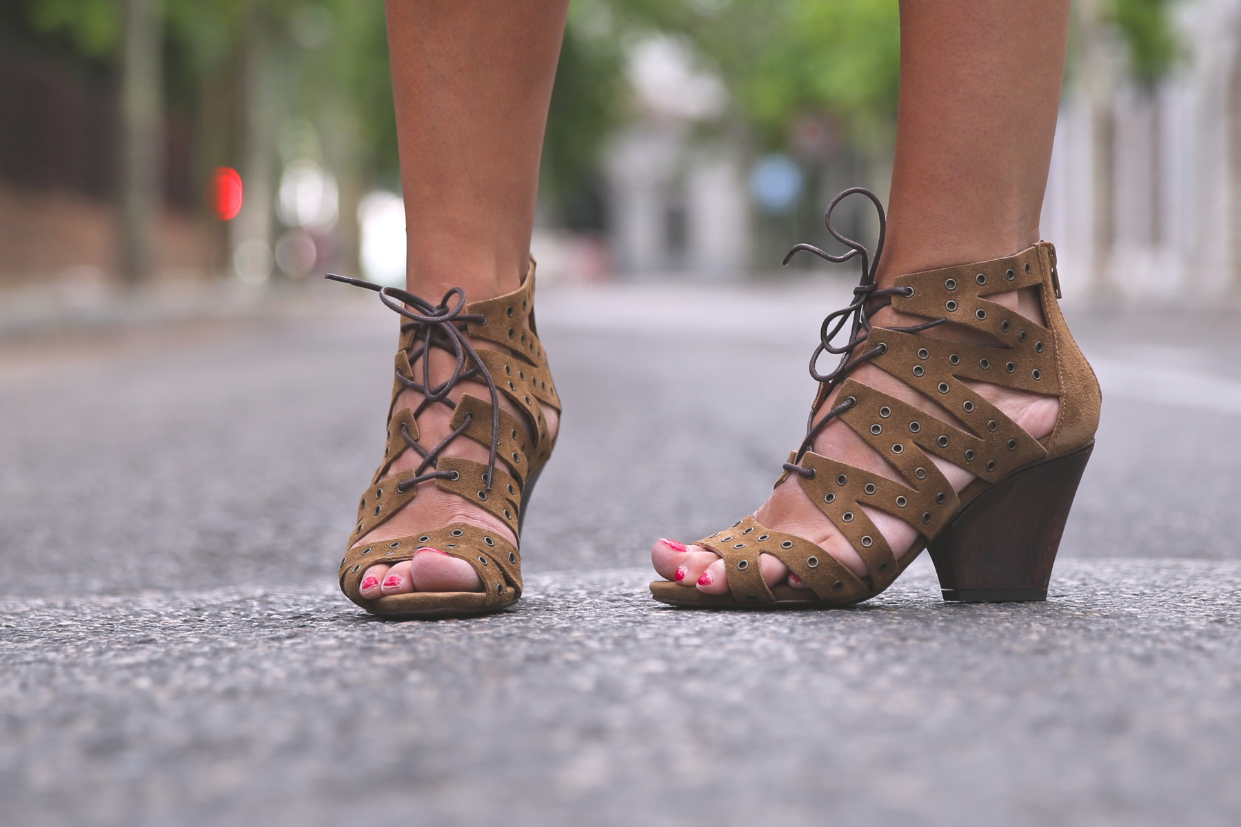 trendy_taste-look-outfit-street_style-ootd-blog-blogger-fashion_spain-moda_españa-denim_shorts-shorts_vaqueros-top_blanco-white_top-sandalias_cordones-ethnic_cluth-clutch_etnico-el_corte_ingles-1