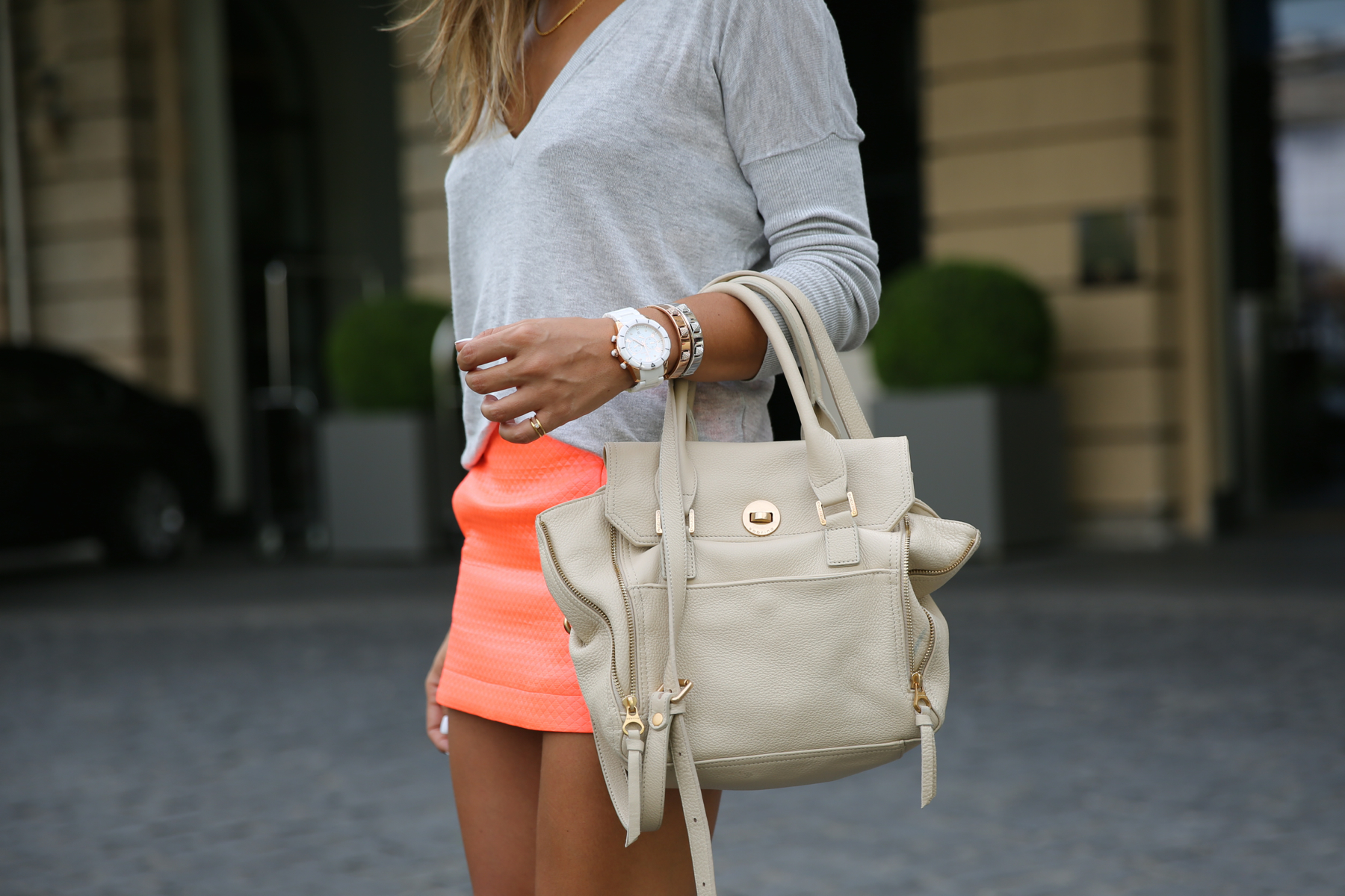 trendy_taste-look-outfit-street_style-ootd-blog-blogger-fashion_spain-moda_españa-primavera-orange-fluo-naranja_fluor_falda-sandalias_plata-silver_sandals-asos-basic_sweater-nine_west-6