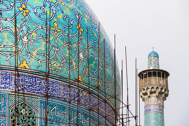 Turquoise blue dome and minaret of Imam mosque, Isfahan, Iran イスファハン、王のモスク ドームとミナレット