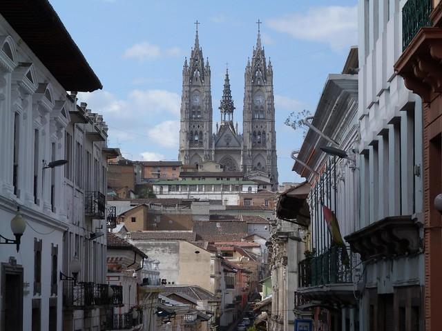 Calle de Quito con las torres de la Basílica de los Votos Nacionales (Quito, Ecuador)