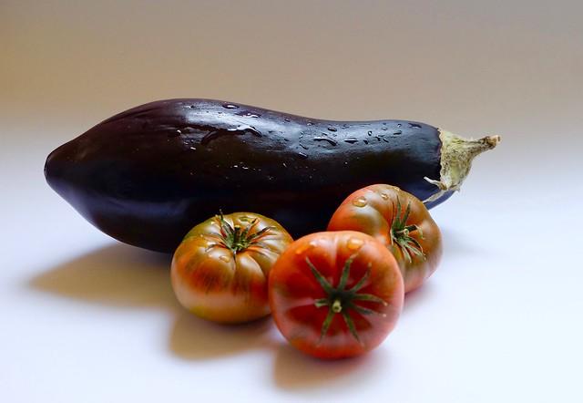 Berenjena y tres tomates ....