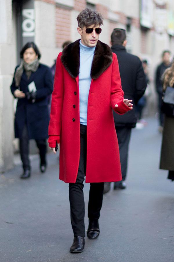 ファー襟赤コート×グレータートルネックニット×黒パンツ×黒ブーツ